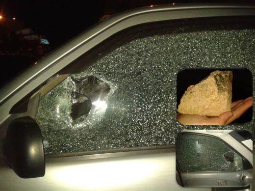 Kereta Di pecah dengan batu